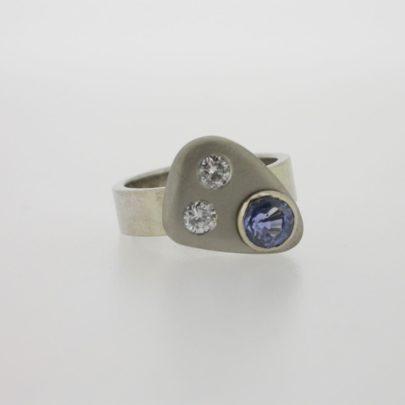ring_witgoud_diamant_saffier_kiezelsteen